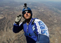 Hombre salta sin paracaídas… ¡y vive para contarlo!