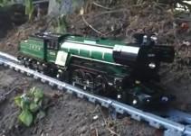 El espectacular viaje de un tren de juguete