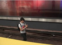 Joven salta a las vías del metro para cazar un pokémon