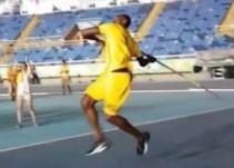 Usain Bolt prueba suerte en el lanzamiento de jabalina