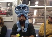 Artista añade monstruos junto a los pasajeros del metro
