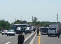 Bloquean ex autodefensas carretera en Michoacán