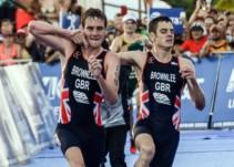 El triatlonista Jonny Brownlee termina carrera gracias a la ayuda de su hermano
