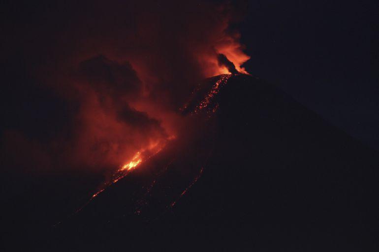 Volcán de Colima continúa con gran actividad y expulsión de lava