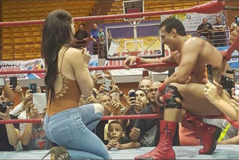 Sorpresiva propuesta de matrimonio en medio del ring