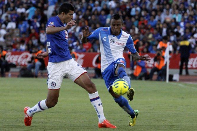 """Francisco """"Maza"""" Rodríguez (Cruz Azul) y Jhon Pajoy (Puebla), disputan el balón durante el partido el juego entre ambos equipos correspondiente a la Jornada 4 del torneo Clausura 2015"""