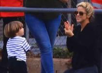 Shakira se divierte con su hijo más chico mientras el mayor juega futbol