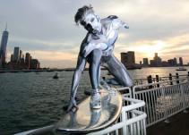 Silver Surfer sorprende en las calles de Nueva York