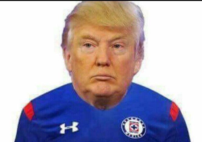 El candidato republicano Donald Trump con la playera del Cruz Azul