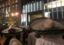 "Mariachis llevan ""serenata"" afuera de la Torre Trump"