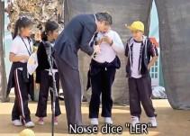 Niña de primaria corrige a Aurelio Nuño durante acto público