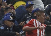 Denuncian en redes sociales agresión de policías a un seguidor de Chivas