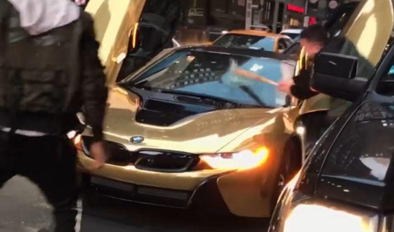 Paralizan tráfico de NY por tomarse fotos sobre auto lujoso
