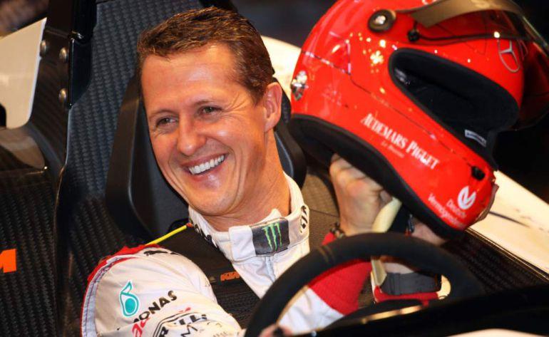 Un paparazzi ofrece a los medios una imagen de Michael Schumacher