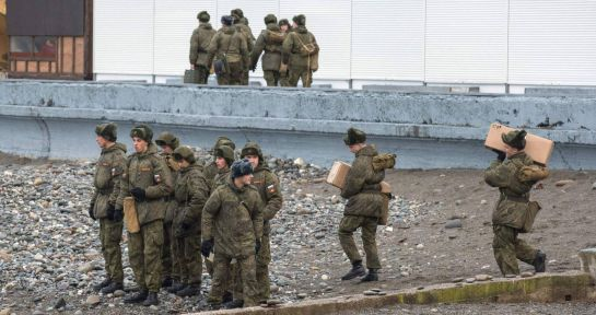 Soldados rusos patrullan, este lunes, el mar Negro en busca de restos del avión/ (El País)
