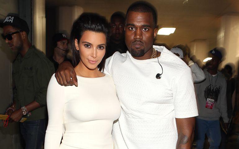 Kanye West se luce con regalo para Kim Kardashian