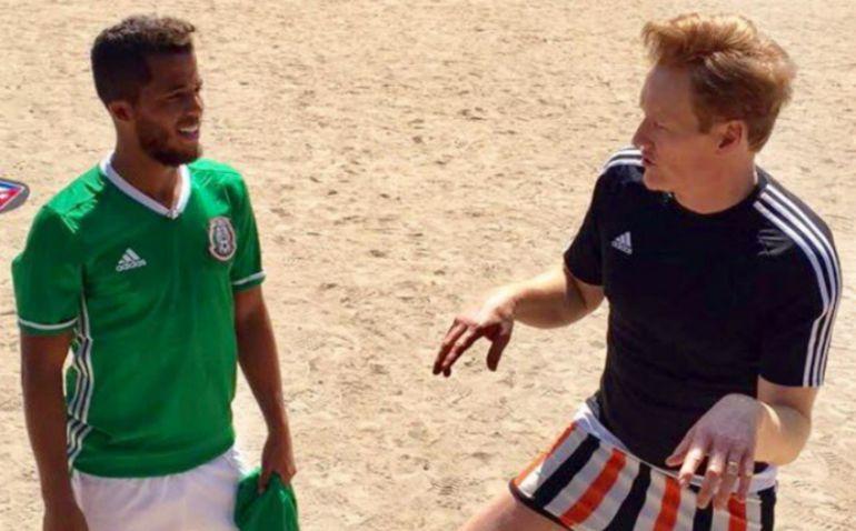 Gio Dos Santos juega futbol en un parque de México con Conan O'Brien