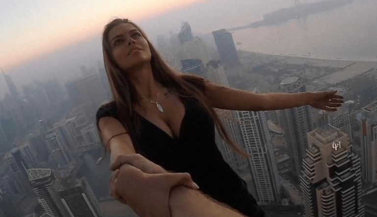 Modelo posa en rascacielos sin protección