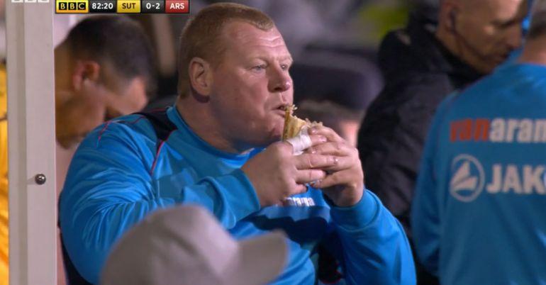 Portero se come un pay en pleno partido ante el Arsenal