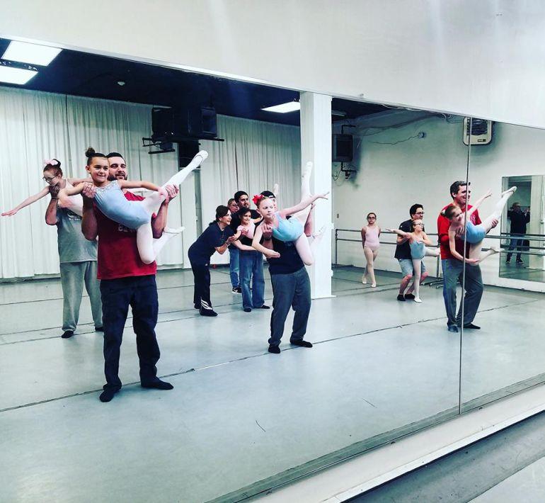 Padres imitan las clases de ballet de sus hijas