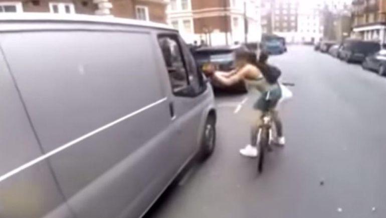 Ciclista es acosada por un conductor y así se defiende
