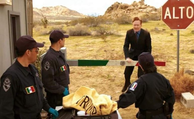 Conan O'Brien bromea con la policía fronteriza para cruzar a México
