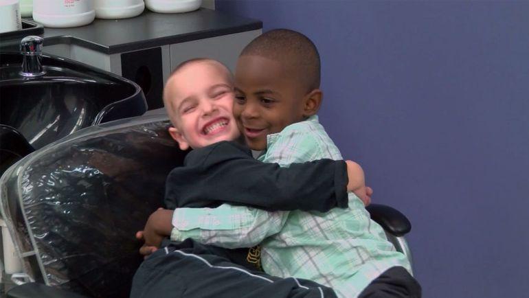 El plan perfecto de dos niños de distintas razas para confundir a su profesor