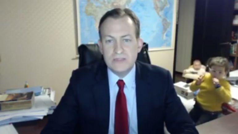 Profesor es entrevistado por la BBC y sus hijos se cuelan
