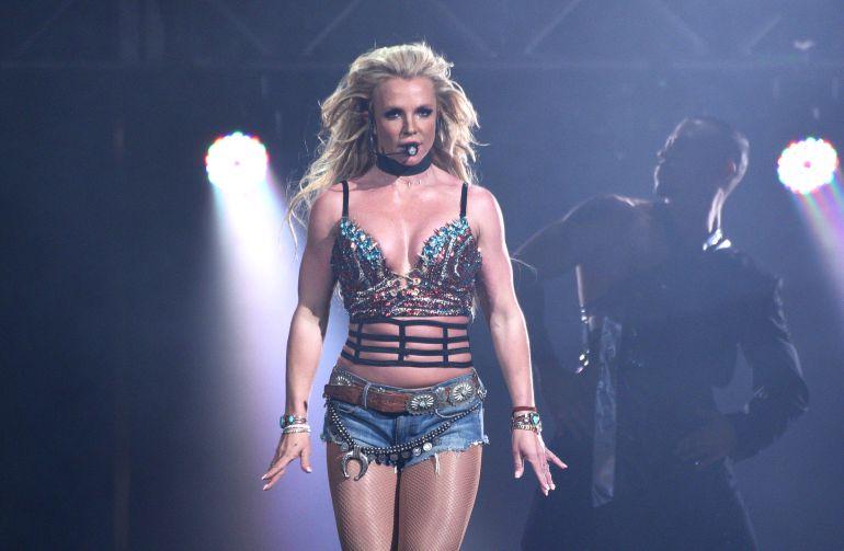 Britney Spears demuestra su talento para jugar basquetbol