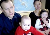 Reaparece analista de la BBC que fue interrumpido y presenta a su familia