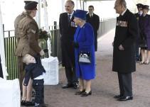Niño hace berrinche frente a la reina Isabel II