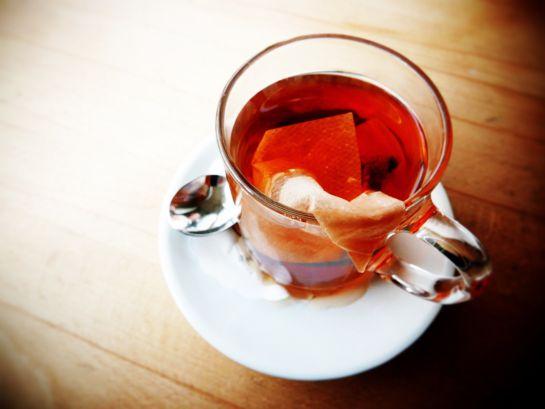 Mujer muere después de tomar un té herbal venenoso