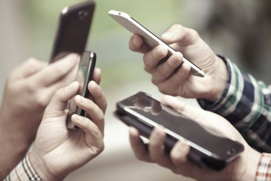 """¿Has sentido que vibra tu celular y cuando lo ves no es nada ni nadie? Se llama """"vibración fantasma"""""""