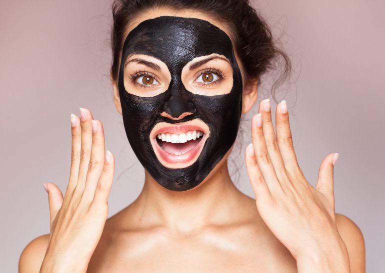 La famosa mascarilla de carbón podría estar afectando tu piel