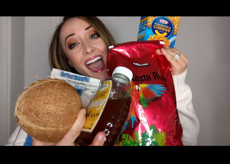 Mujer se maquilla con comida