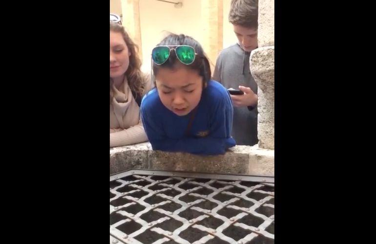 """Chica sorprende al interpretar """"Hallelujah"""" en un pozo"""