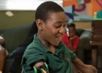 Chico de 13 años sin brazos ¡juega basquetbol!