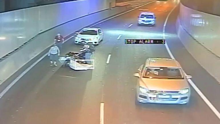"""Motociclista se salva de """"colchón volador"""" en Australia"""