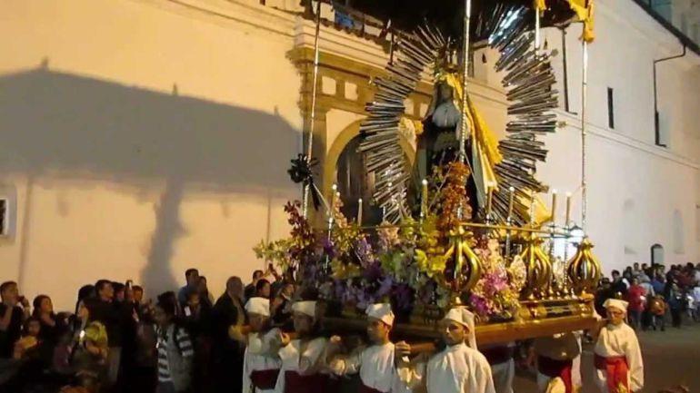 Joven reacciona enfurecido por el ruido de una procesión de Semana Santa