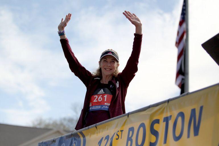 Primera mujer en correr un maratón lo hace de nuevo medio siglo después