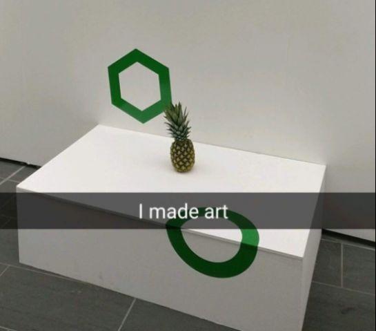 Dejan una piña en medio de una exposición y la gente cree que es arte