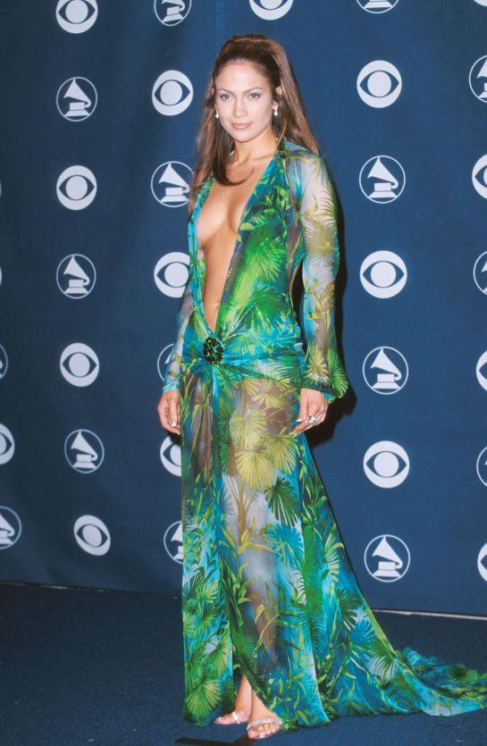 Actriz copia el inolvidable vestido Versace de Jennifer López