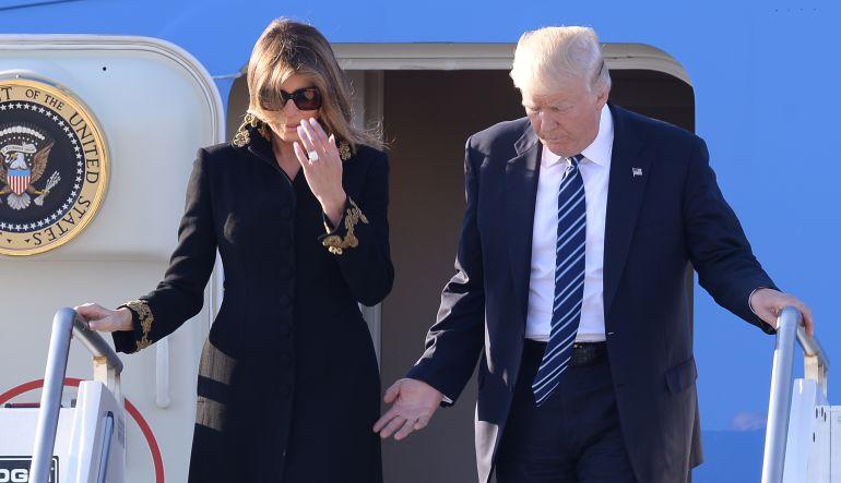 Melania sigue sin darle la mano a Donald Trump
