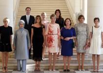 Un hombre aparece en la foto de las primeras damas de la cumbre de la OTAN