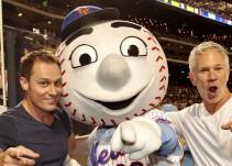 Mascota de un equipo de beisbol insulta a un aficionado rival