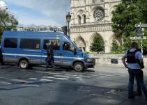 Policía de París neutraliza a un sujeto que agredió a un agente con un martillo