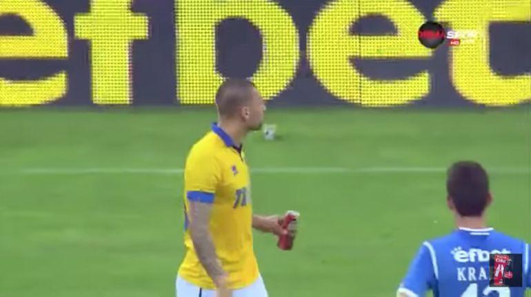 Futbolista toma cerveza arrojada por aficionados del equipo rival