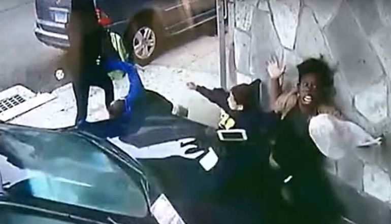 [VIDEO] Mujer se avienta delante de un auto para salvar a niño de morir