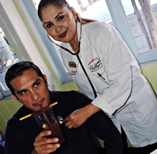 Conoce a la Dra. Clamato, la única 'cura crudas' de México