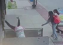 [Video] Mujer cae en hoyo en la calle por andar viendo el celular